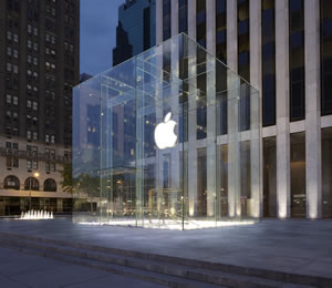An errant storm blower caused a glass panel at the Apple Store on 5th Avenue in New York City to crack yesterday.